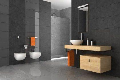modernes Bad mit Hochglanzfliesen